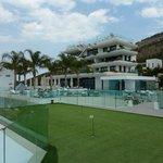 Hotel aus der Poolperspektive