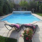 Petit-dejeuner à côté de la piscine
