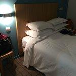 Удобная кровать с мягким одеялом