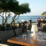 Un service et des plats toujours parfaits, le tout sur une magnifique terrasse face à la mer...
