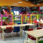 Pizzeria con parco giochi