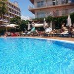 Замечательный дворик с бассейном :)
