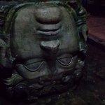 Голова, использованная в качестве подпорки колонны