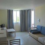 Habitación doble, sofá con dos camas y doble cama.