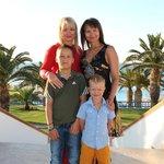 Я, сестра и наши сыночки на территории отеля