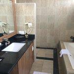Salle de bain spacieuse et ouverte sur l'extérieur