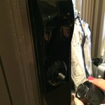 maniglia della porta della camera che cade a pezzi