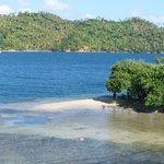 Plusieurs dominicains profitent de la plage, Los Puentes