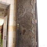 Dettaglio della porta di una fermata