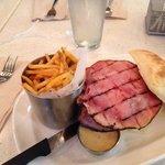 Panino ciabatta con hamburger, ham, brie e formaggio con salsa chedar