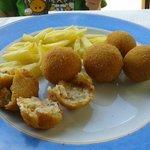 Croquetas y patatas fritas caseras