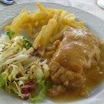 Mini cachopo en salsa con ensalada y patatas caseras