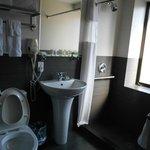 Salle de douche spacieuse