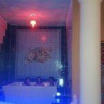 Área de relajación con masaje en jacuzzi con musica, aromaterapia y cromoterapia