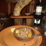 plato principal con el vino de la casa