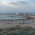 uitzicht op kefalos beach als je naar de haven loopt via pad langs de zee