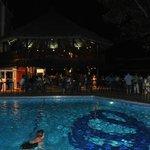 Бассейн с пьяным баром вечером