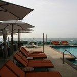 Pool und Frühstücksarea (outside)