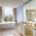 Global Hotel Panama - Guest Bathroom