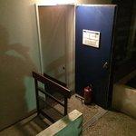 Consignes de sécurité non respecté! Les extincteurs servent à bloquer les portes dans cette hote