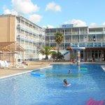 widok hotelu z basenu