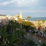 Vista de la playa y del paseo marítimo de Sitges desde la Terraza-Chillout, el Domingo 15 de Jun