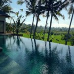 Infinity pool with great view in King Villa