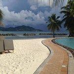 главный бассейн и пляж