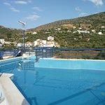 la bella piscina sul tetto