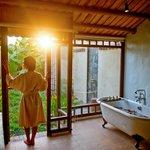 Deluxe_room_bathroom_afternoon
