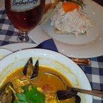Суп с морепродуктами, тост с креветками и темное пиво