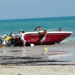 Préparatifs du bateau à parachute et bouée.