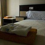 Detalle de habitación cama de matrimonio