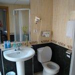 Très belle salle de bains avec douche, très lumineuse