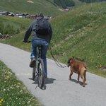 marito e Milla sulla pista ciclabile.