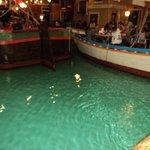 particolare delle barche all'interno del locale