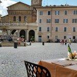 La Basilicata di Santa Maria in Trastevere vista dai tavoli del Ristorante Sabatini