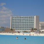 Mar da frente do hotel, com hotel ao fundo