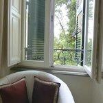 La fenêtre de la chambre N°1 (premier étage) donne dans la verdure du jardin