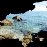 uitzicht vanuit een grot op de zee
