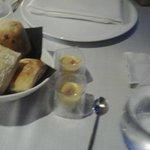 Crema di olive con acciuga e pane caldo dolce e salato