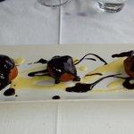Buñuelos de crema bañados en chocolate