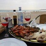 """Fisch-und Meeresfrüchteplatte im """"La Ola"""" am Strand von Conil"""