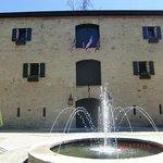 ワイナリーの倉庫と前の噴水