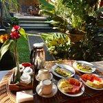 Petit-déjeuner sur notre terrasse privée, devant la chambre