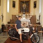 Kapelle im Gut mit Besitzer und Motorrad, dass dort lagert