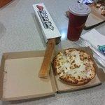Combo Pizza Hut servido no restaurante express da piscina