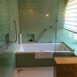 La salle de bains, douche à l'italienne et baignoire