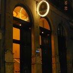 vue de l'entrée de l'hôtel de nuit