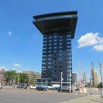 Zijkant van het hotel, bij de Erasmusbrug.